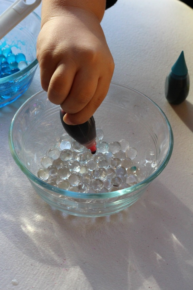 Mixing colors with water beads