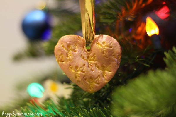 Super simple way to honor a loved one during the holidays ~ such a great way to make an ornament with kids (easy too!)